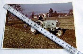 1 Foto MAN 24 PS Dieselschlepper Traktor mit Pflug 1960 Original