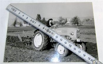 1 Foto MAN 24 PS Dieselschlepper Traktor mit Pflug Feldarbeit 1960 Original